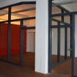 Raumteiler aus Holz und Glas